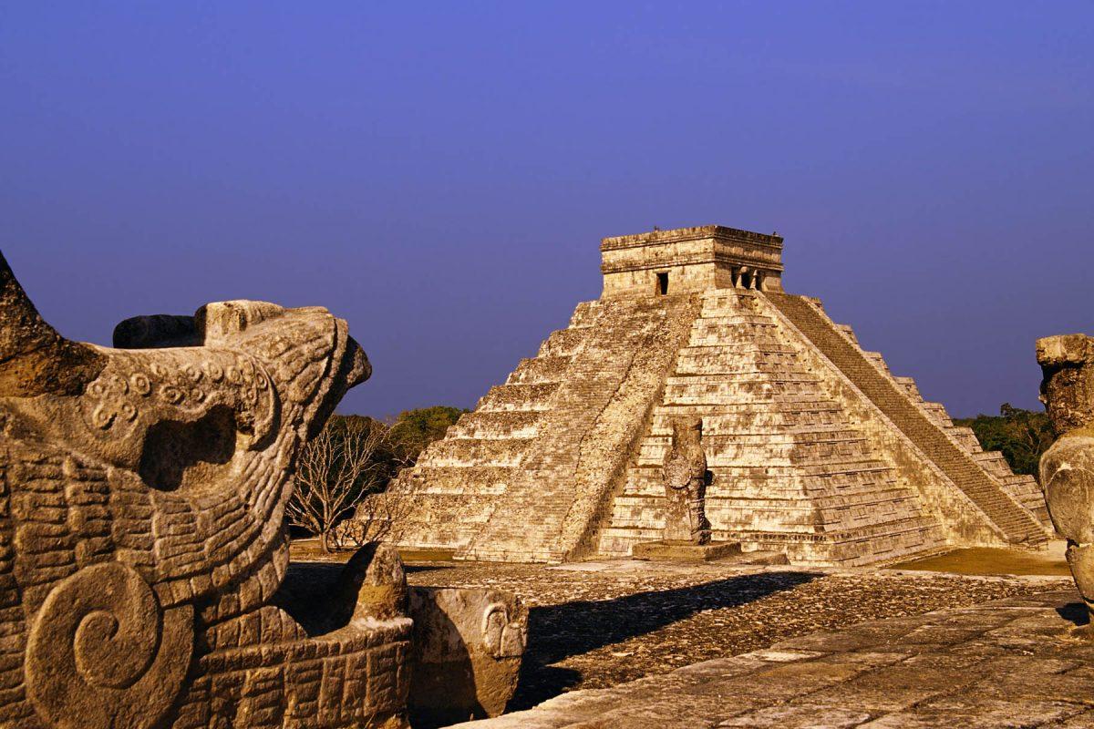 La piramide de Kukulkan vista desde el templo de los guerreros de Chichen-Itza (The Pyramid of Kukulcan seen from the Temple of the Warriors at Chichen-Itza)